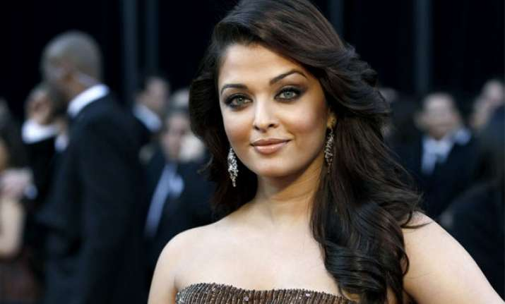 aishwarya gives a perfect reply on being questioned about