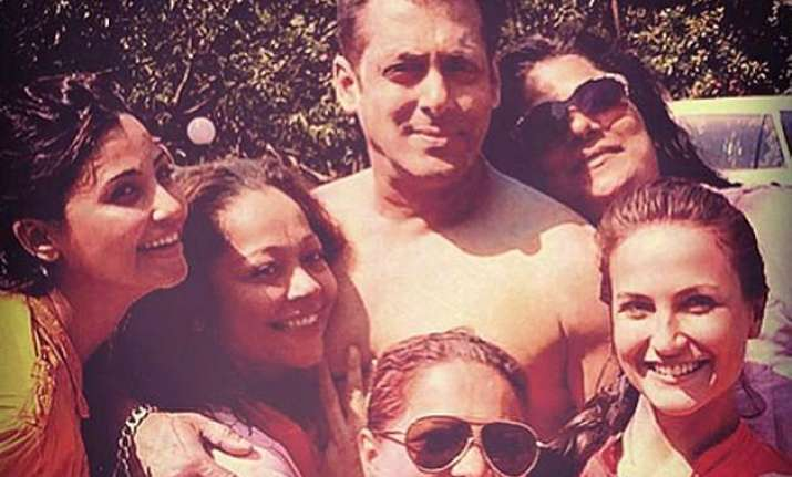 Shirtless Salman Khan Celbrates Holi With The Ladies And The Family