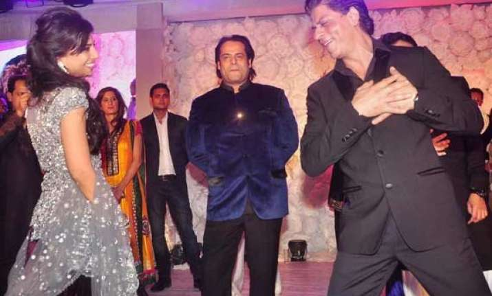 shah rukh proposes to the new bride in b town see pics