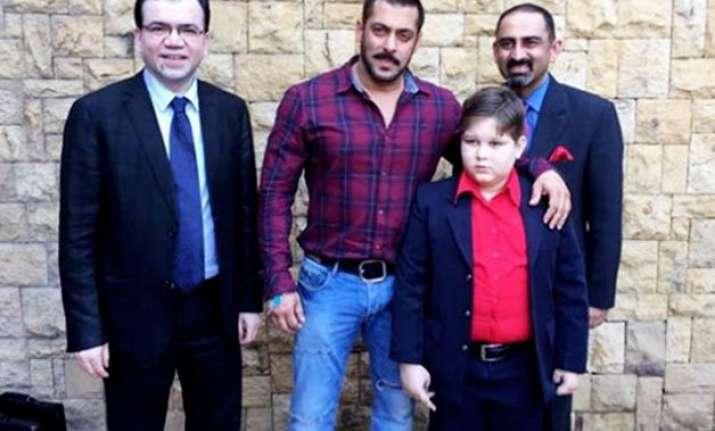 salman khan meets his little fan from pakistan
