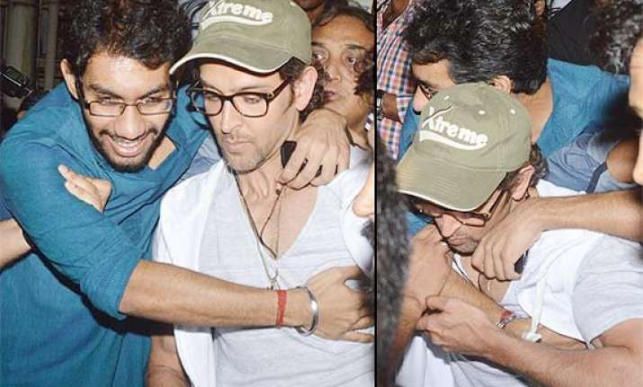 exclusive hrithik roshan attacked by a crazy fan at bang
