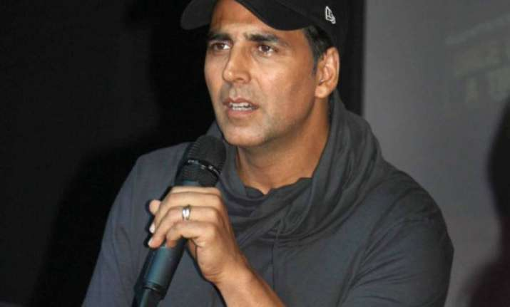 akshay kumar keeps promise hands over rs 11 lakh cheque to