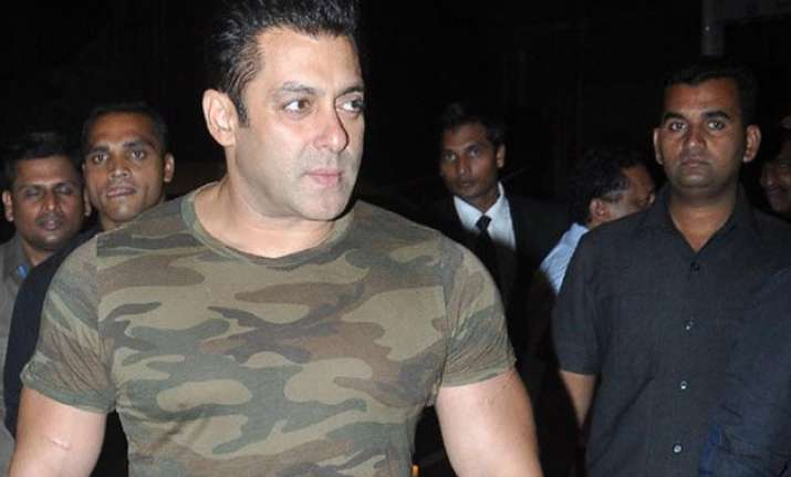 salman robbed gang of four girls takes away his wallet