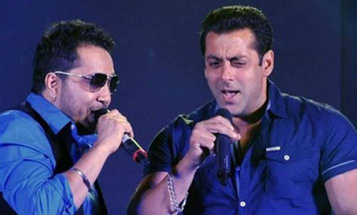team bajrangi bhaijaan in delhi salman sings with mika