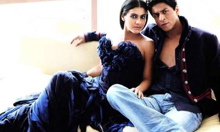shah rukh khan kajol recreate ddlj scene on dilwale set