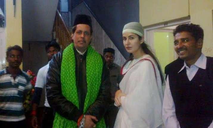 katrina kaif offers prayers at ajmer dargah for fitoor