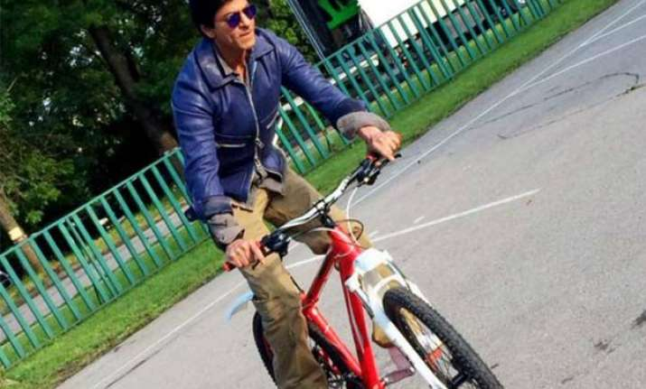 srk performs really cool car stunts in dilwale