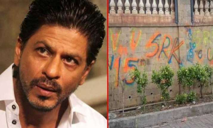 srk shocked after fan leaves graffiti on mannat wall