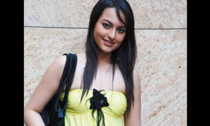 sonakshi gives her first pay cheque to salman s foundation