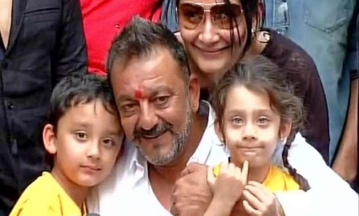 good husband sanjay dutt gives rs 440 to best half manyata