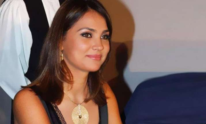 lara dutta warns against fake facebook accounts