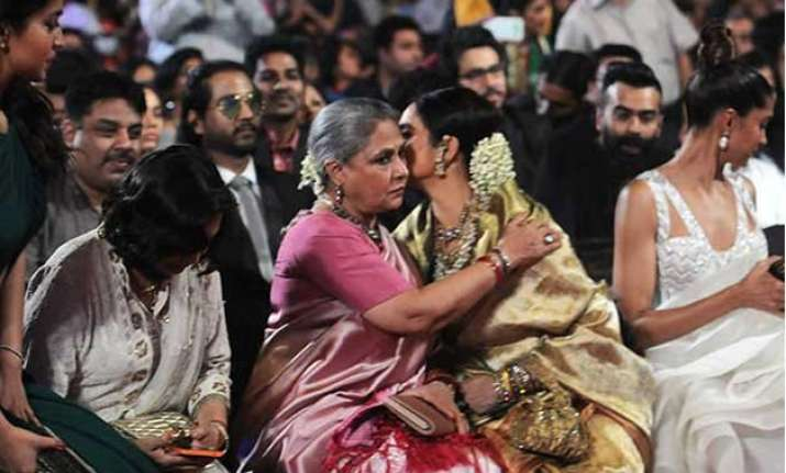 the wait s over jaya bachchan and rekha hug out differences