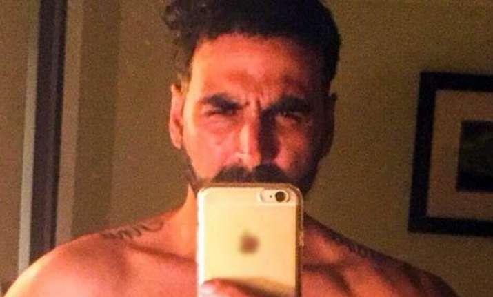 akshay kumar goes shirtless for selfie debut