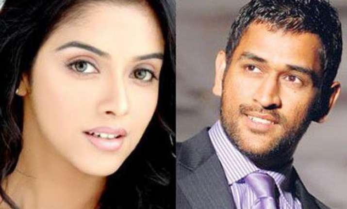 dhoni chills out with asin