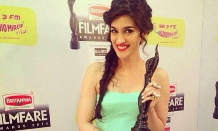 kriti sanon celebrates filmfare award