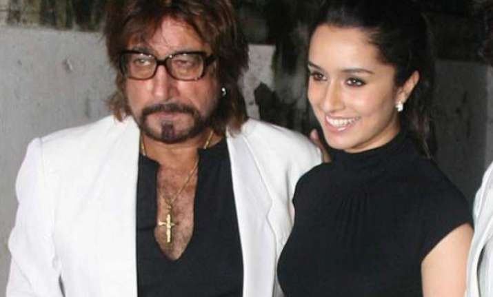 father shakti kapoor loses cool when asked about daughter