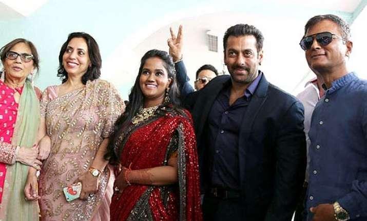 salman khan looks more than handsome at arpita khan wedding