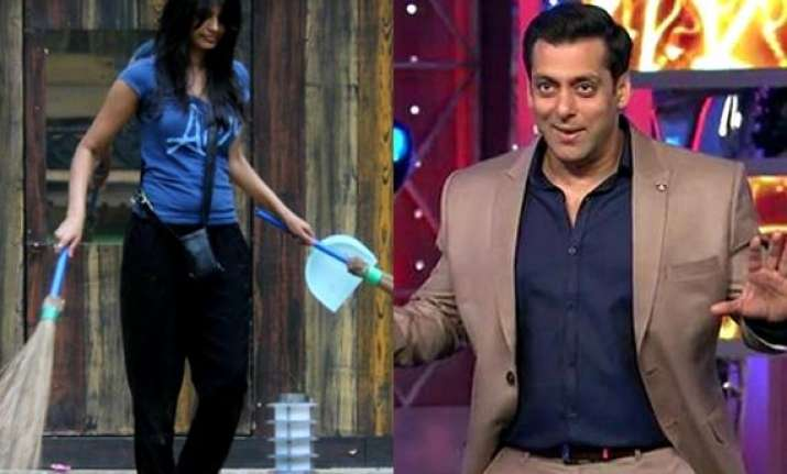 bigg boss 8 salman apologises to minissha makes fun of