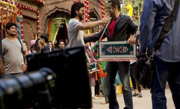 raees in sultan srk s surprise visit to salman turns