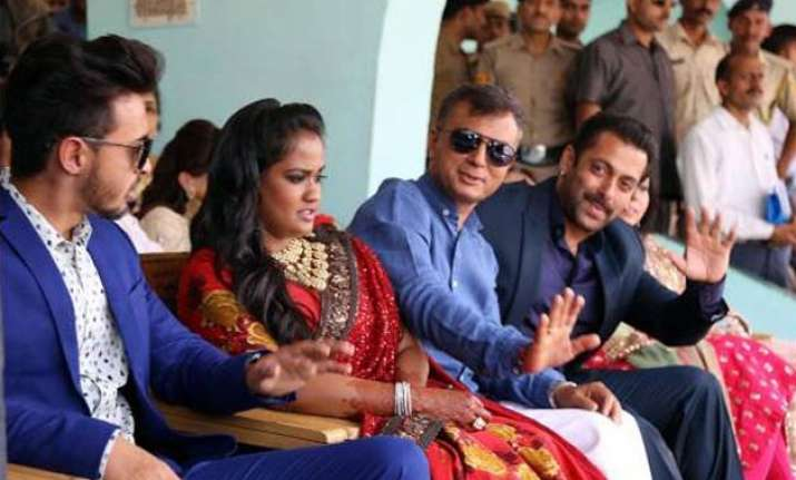 salman khan gets the taste of himachali culture at arpita s