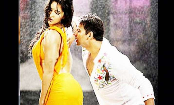 akshay teaching katrina to do item girl song