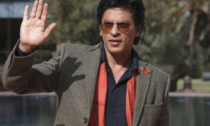 shah rukh khan charms lady tourist on tram in bengal