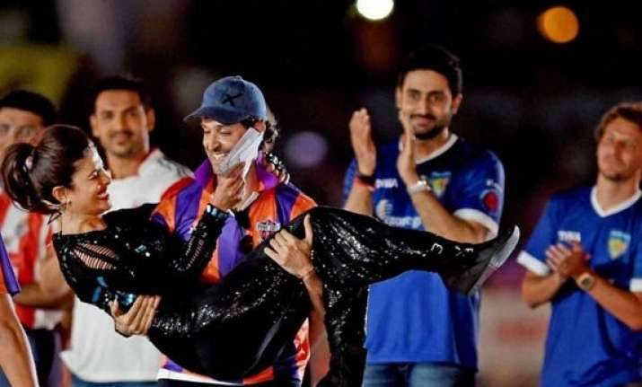 hrithik and priyanka shake a leg at isl opening ceremony