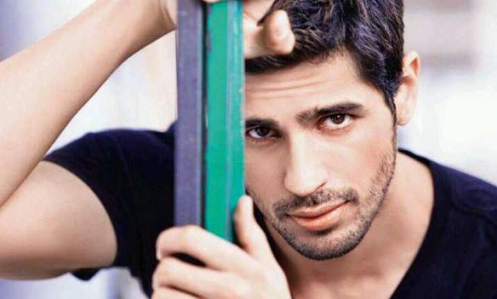 sidharth malhotra plays cricket with new zealand cricketers