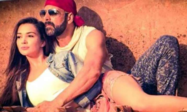 akshay kumar cosies up with amy in singh is bliing