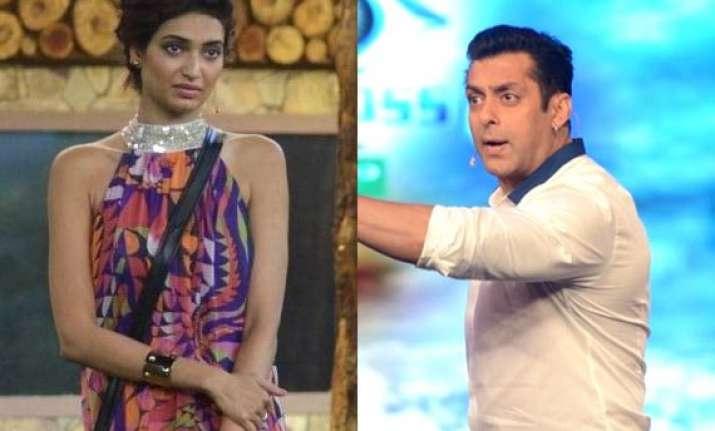 bigg boss 8 salman khan gets furious on karishma diandra