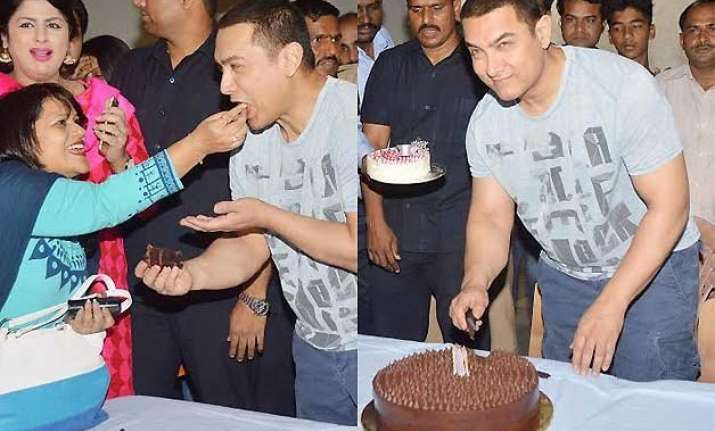 aamir khan cuts 50th birthday cake with media