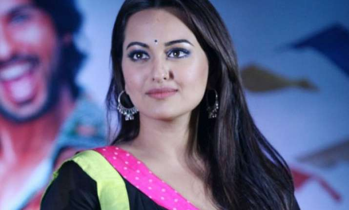sonakshi sinha travels in local train for akira