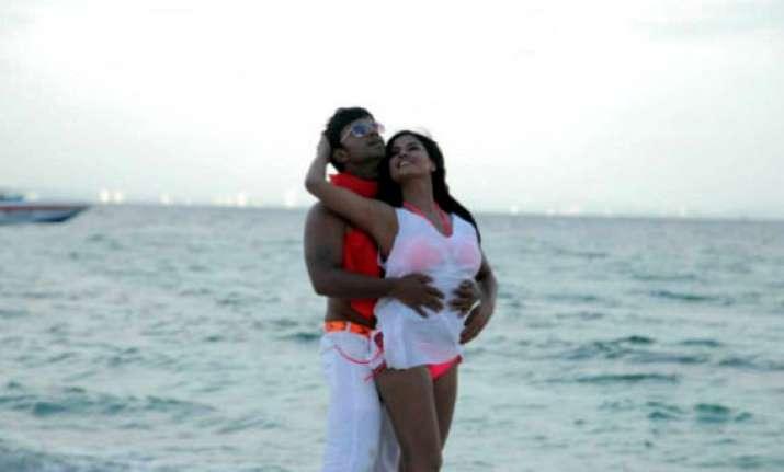 kannada groups disrupt screening of pak actor veena malik s