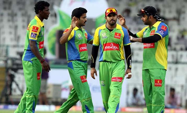 kerala actors cricket team off loaded from airline for
