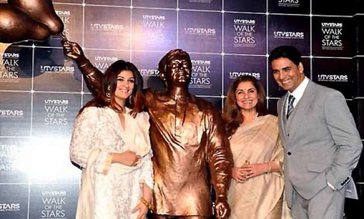 legendary actor rajesh khanna s statue unveiled in mumbai