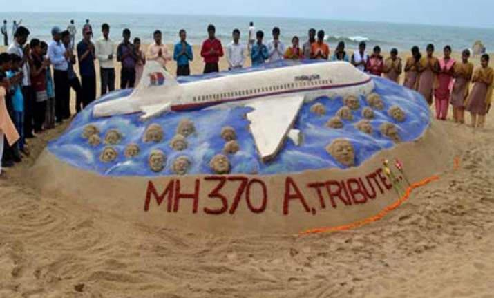 lost malaysian jet mh 370 gets tribute from sand artist