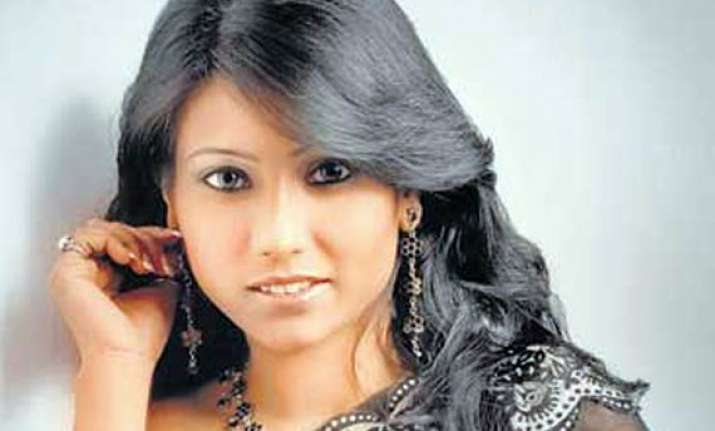 model pinki gaur sends defamation notice to bhatts