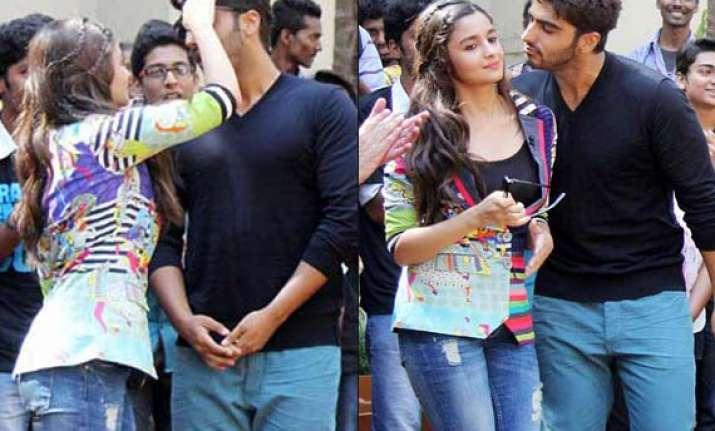 omg arjun kapoor kisses alia bhatt in public see pics