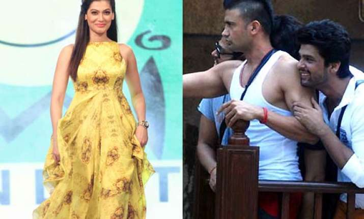 payal rohatgi makes fun of sangram singh s bigg boss 7
