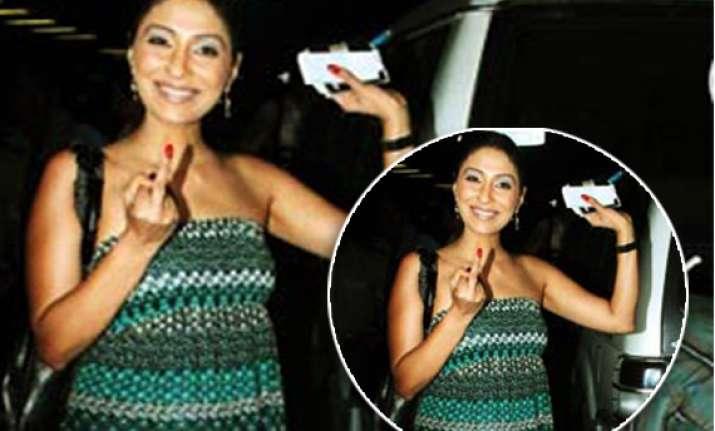 pooja mishra showed her finger up at airport