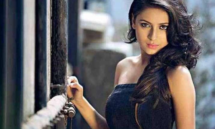 pratyusha banerjee debuts as host with savdhaan india
