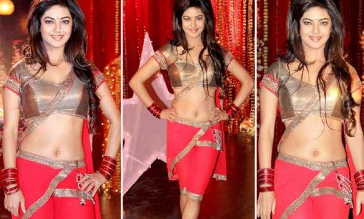 priyanka chopra s sister marks her hot bebut in bollywood