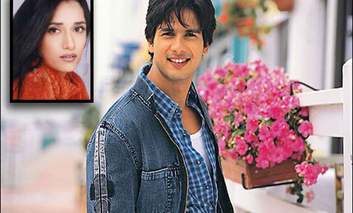shahid kapoor complains to police about female stalker