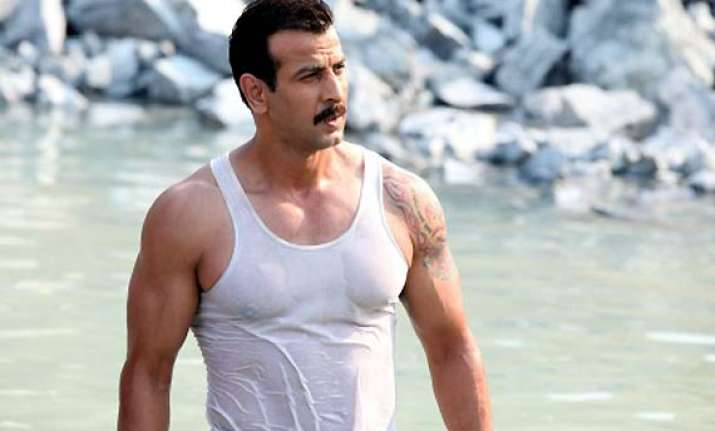ronit roy beefs up body for villanious role in guddu