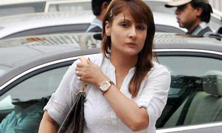 rs 51 000 cash stolen from tv actor urvashi dholakia s car