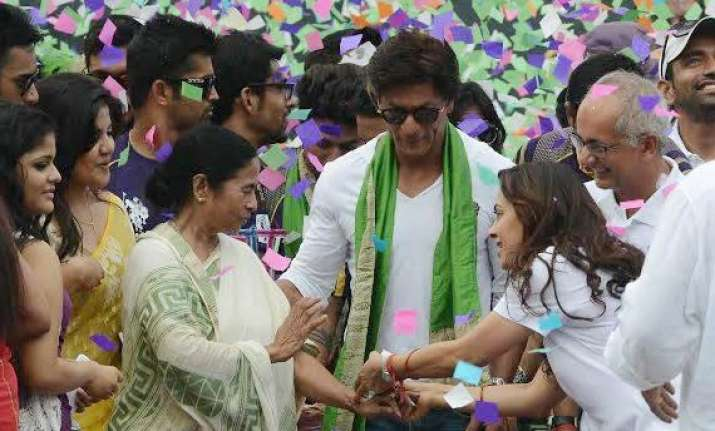shah rukh dazzles eden with kisses dance see pics