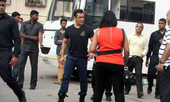 salman khan gives rs 1 lakh each to 200 people associated
