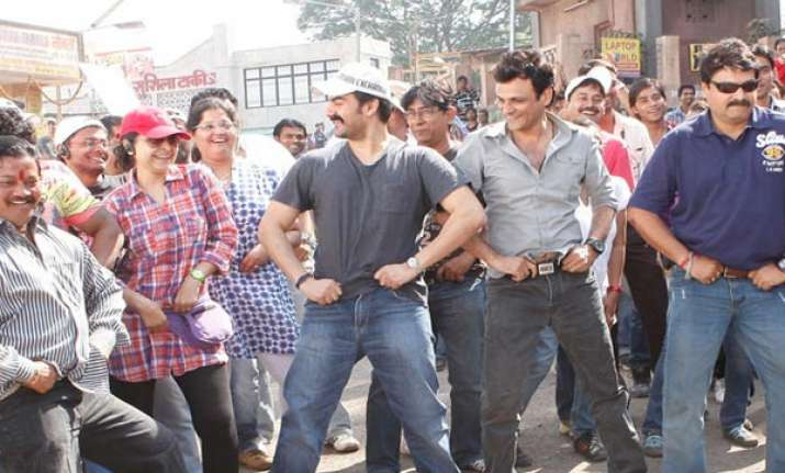 salman khan makes crew dance to dabangg title song