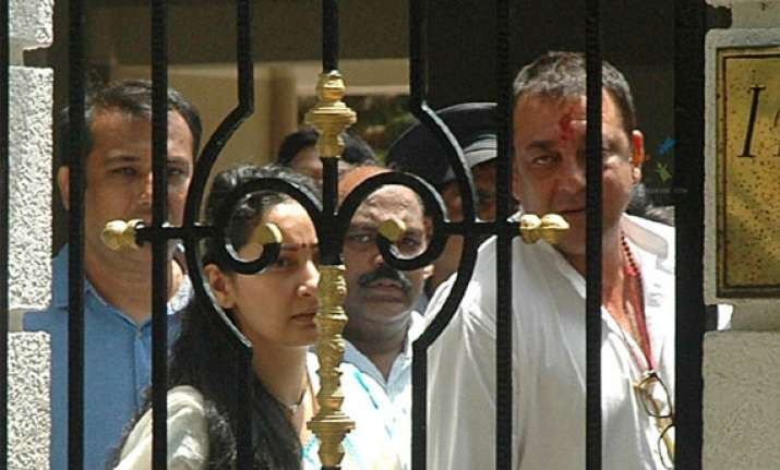 sanjay dutt s emotional moments with wife manyata minutes