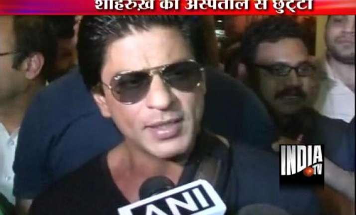 shah rukh khan discharged from lilawati hospital view pics